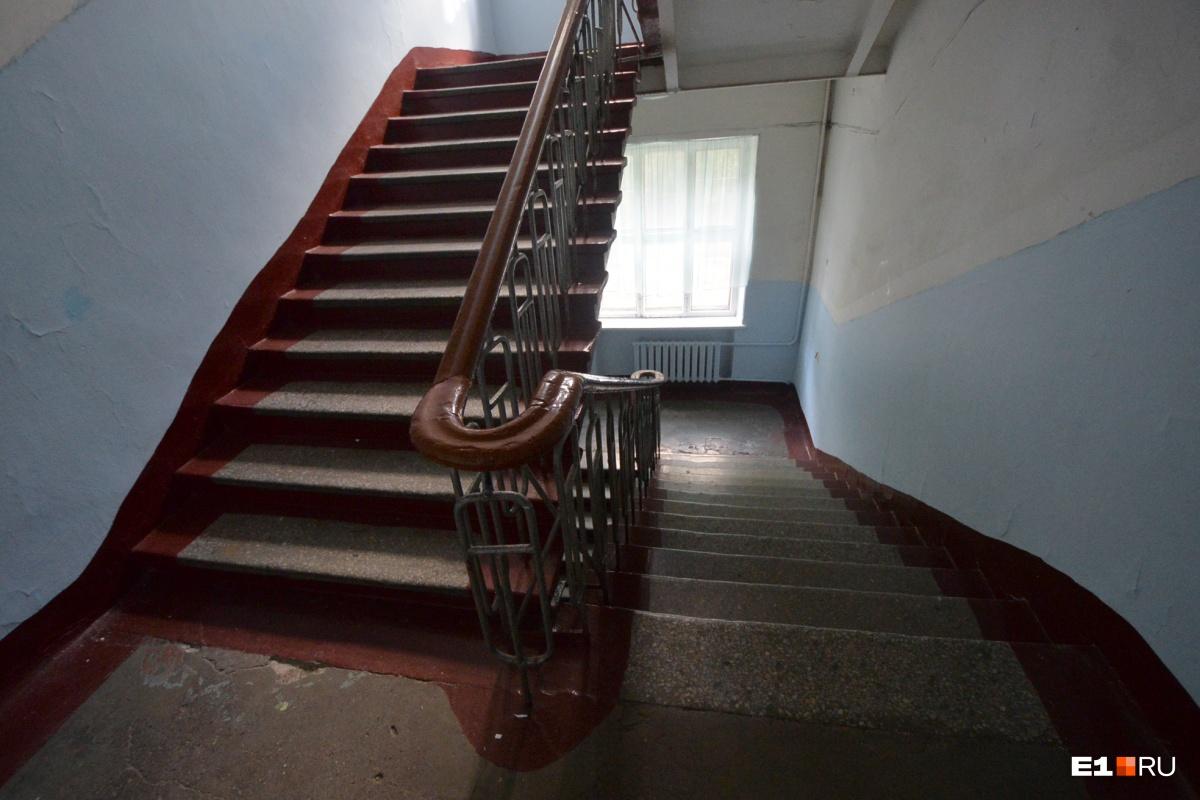 По этим лестницам бегали ученики три года назад