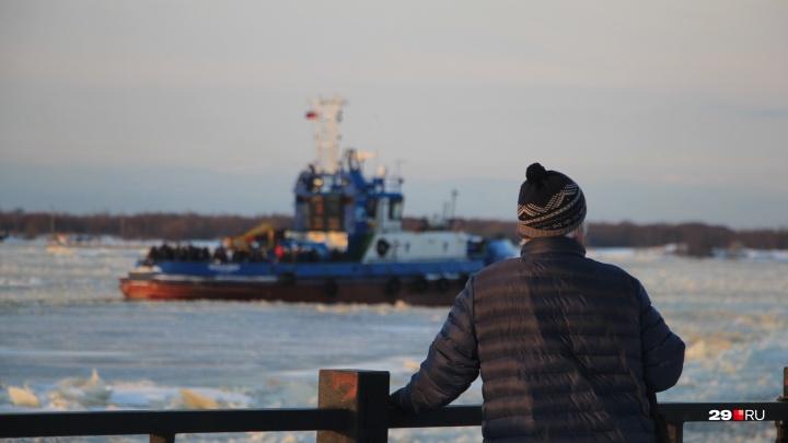 Буксир, курсирующий между Соломбалой и Хабаркой, выбился из графика из-за дрейфующего льда на реке