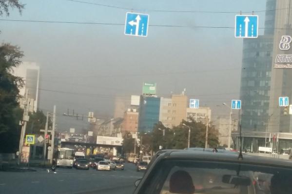 Чиновники уверяют, что выбросов сегодня не было. Но когда туман рассеялся, над городом ещё какое-то время висел мерзкий смог