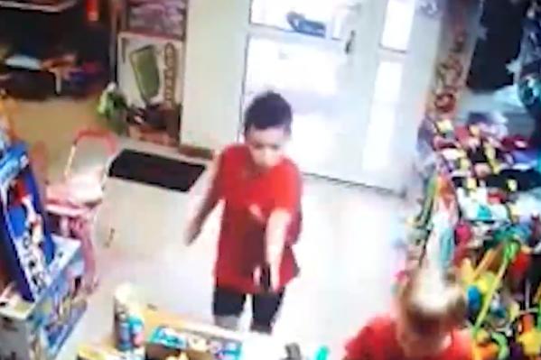 Стрелять ребенок начал после того, как его закрыли в магазине