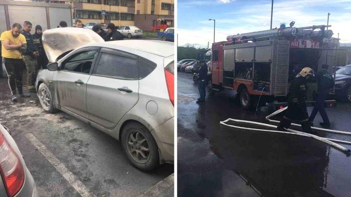 В Тюмени из-за замыкания загорелась иномарка в ЖК «Москва»