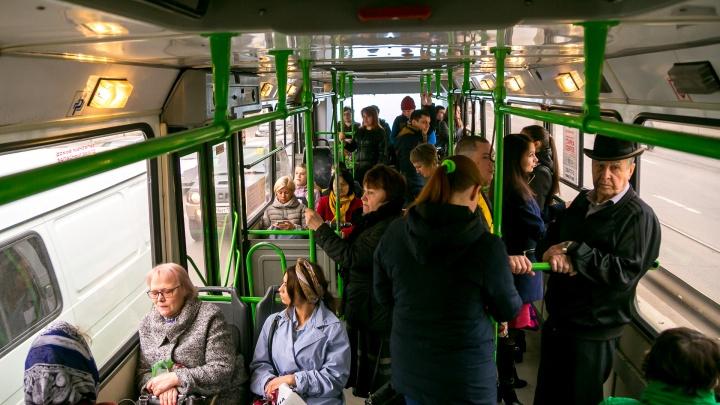 В автобусе на ходу оторвался потолок и рухнул на пассажиров
