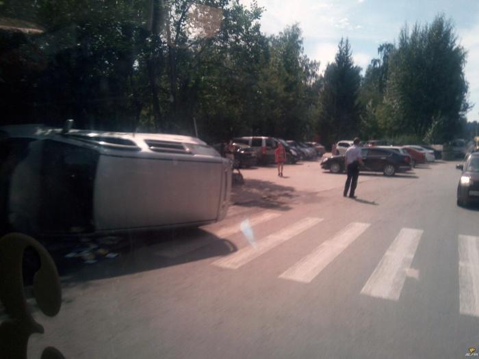 Молодая водитель минивэна не справилась с управлением и наехала на 13-летнего пешехода — машина опрокинулась
