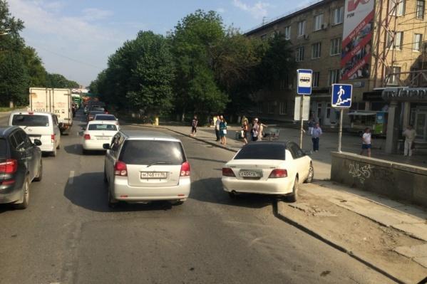 Водитель бросил машину на въезде на остановку