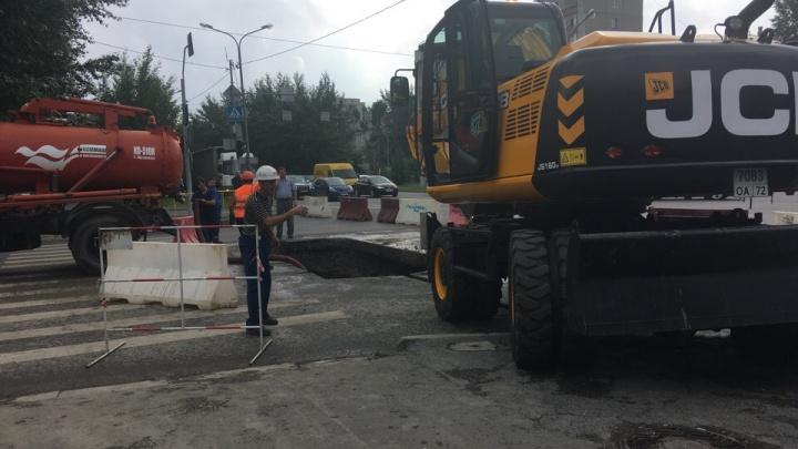 Участок Одесской перекрыли из-за провалившегося асфальта