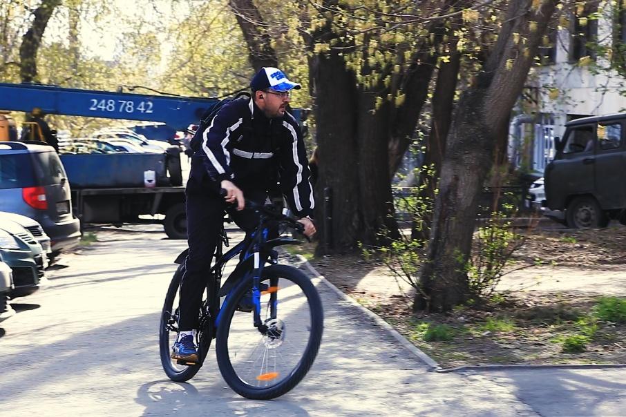 Летом Игорь Фетисов добирается на работу на велосипеде