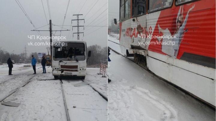 Автобус выехал на рельсы и угодил под трамвай: есть пострадавшие
