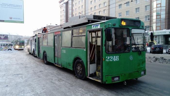 Десятки троллейбусов встали друг за другом
