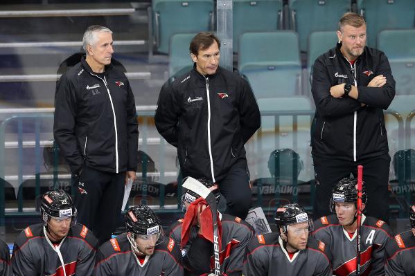 Выражения лиц тренеров «Авангарда» не сулят ничего доброго хоккеистам