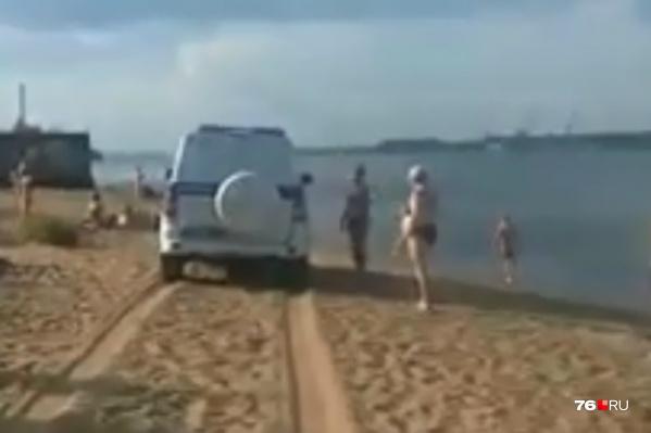 Автор кадров уверяет, что пока он не включил камеру, машина гоняла по пляжу быстрее