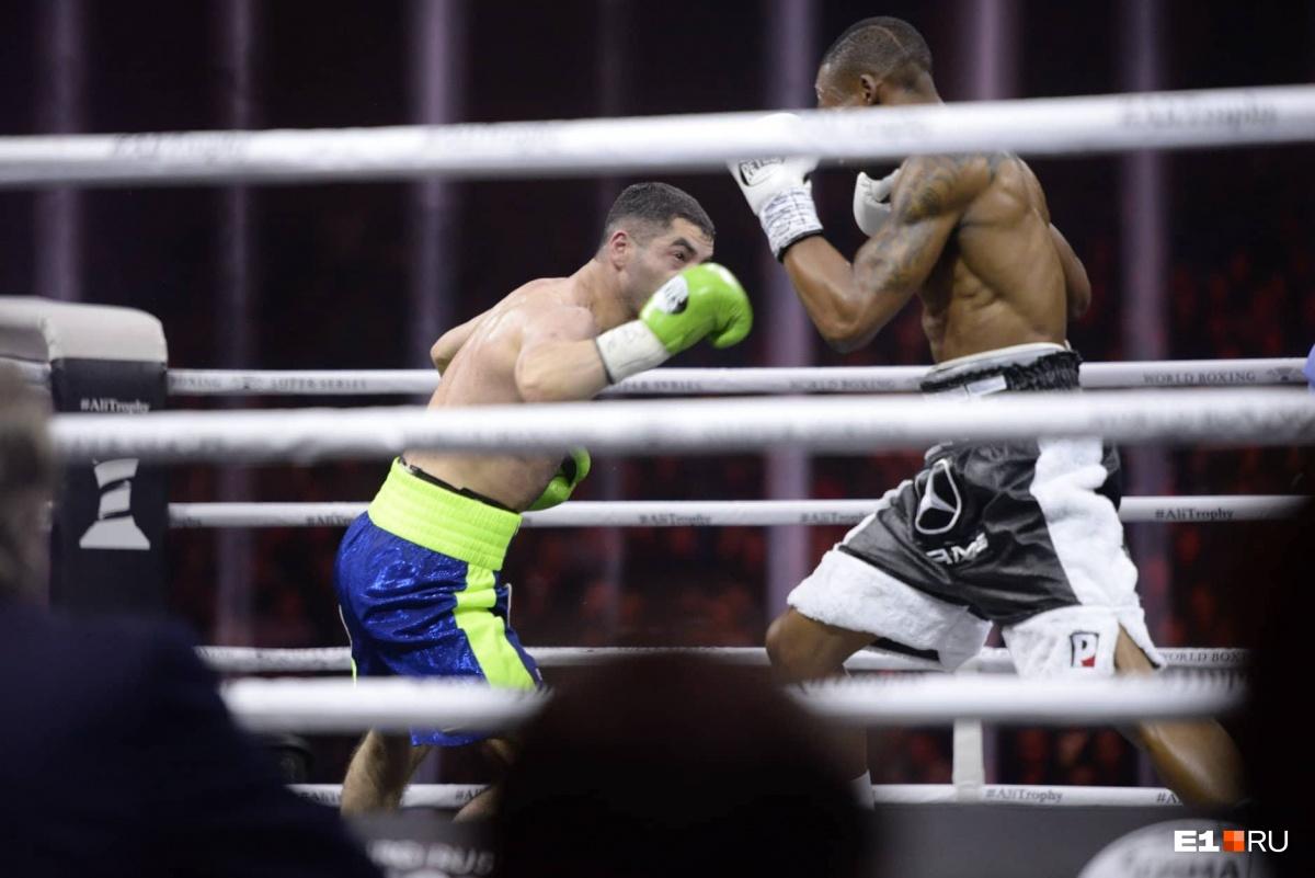 Россиянин достойно отстоял все 12 раундов против действующего чемпиона мира
