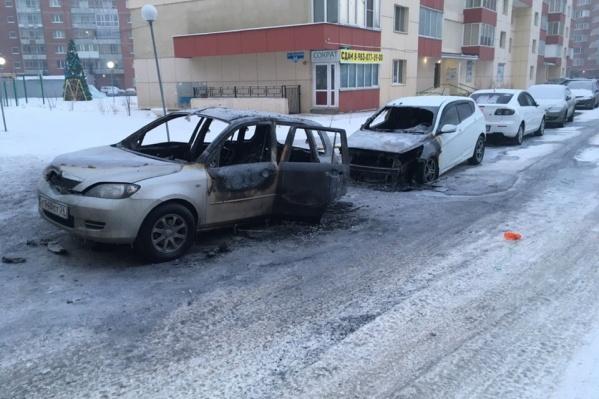 Во дворе сгорели две машины