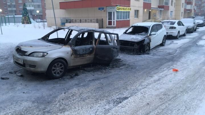 Две машины сгорели ночью во дворе на 9 Мая