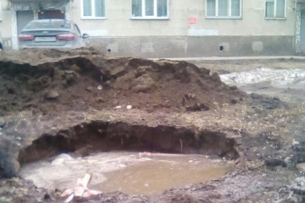 Огромная яма находится на детской площадке на улице Лейтенанта Амосова