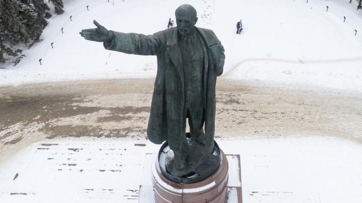 «Ленин превратился в дворовую скульптуру»: в Волгограде на глазах чиновников рушится памятник Ильичу