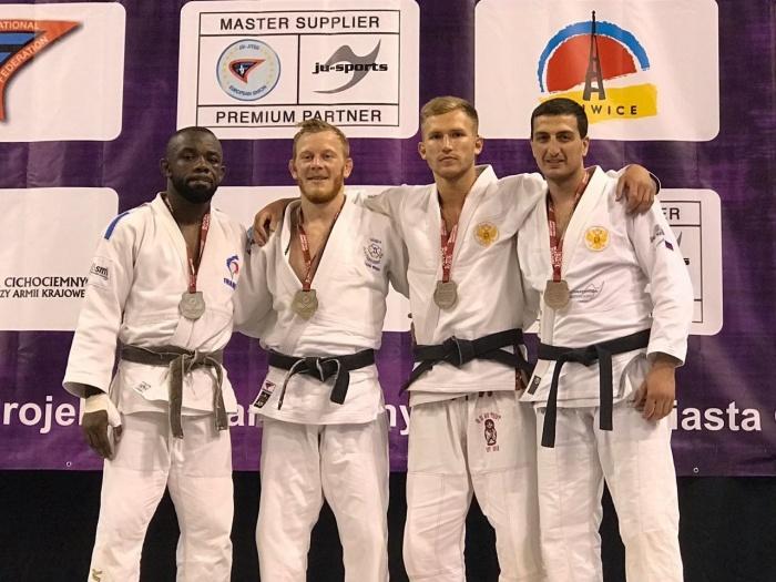 Новосибирскому спортсмену Мгеру Манукяну (на фото крайний справа) досталась бронзовая медаль