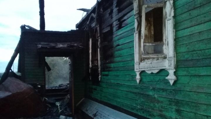 Дом полыхал четыре часа: в Ярославском районе в пожаре погибла женщина