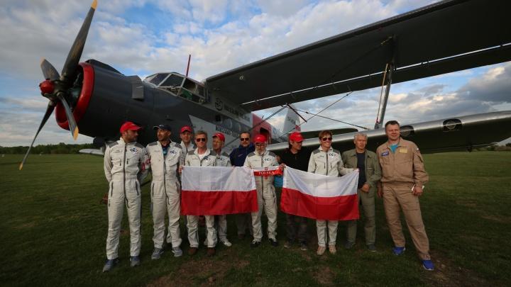 Фото: в Новосибирскую область на самолёте Ан-2 прилетели пилоты из Польши
