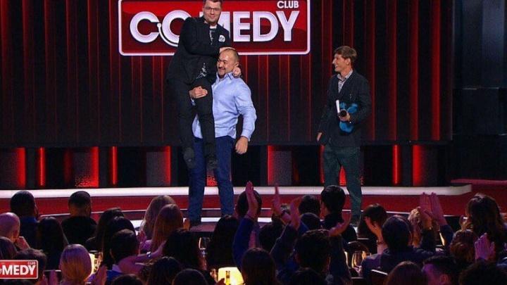 «Выскальзывал из рук»: челябинский силач поднял Гарика Харламова на съемках Comedy Club