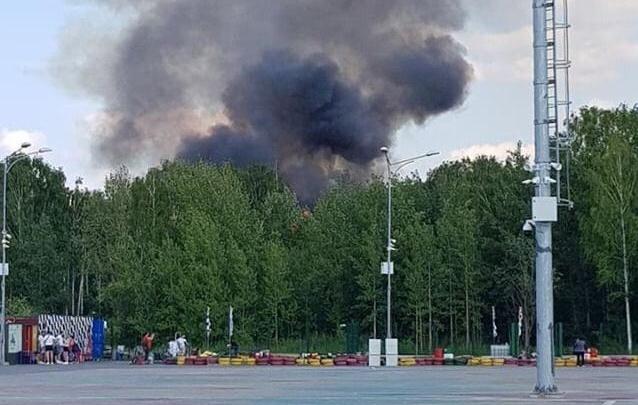 В парке Маяковского вспыхнуло здание около конюшни, которая сгорела накануне
