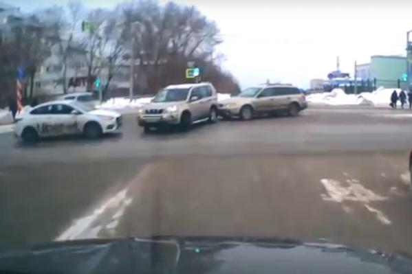 Столкновение на перекрестке улиц Немировича-Данченко и Лыщинского