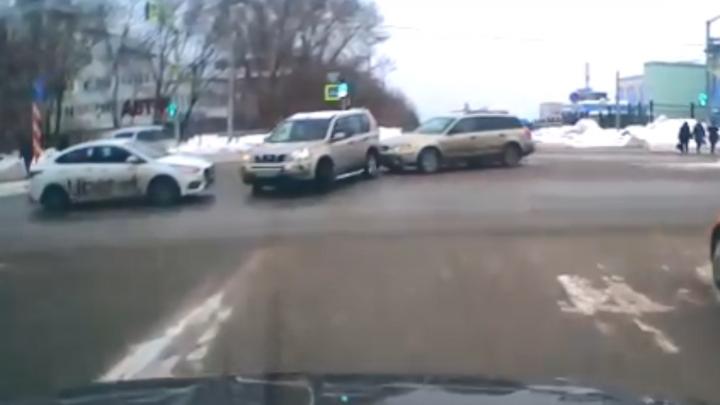«Куда ты рулишь?»: таксист спровоцировал столкновение двух других машин, а сам остался цел. Что грозит провокатору
