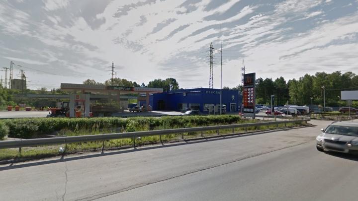 Коммунальщики раскопали три полосы Бердского шоссе на выезде из Академгородка
