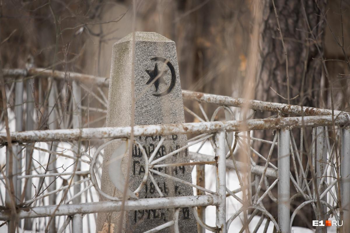 На надгробиях часто встречаются мусульманские символы