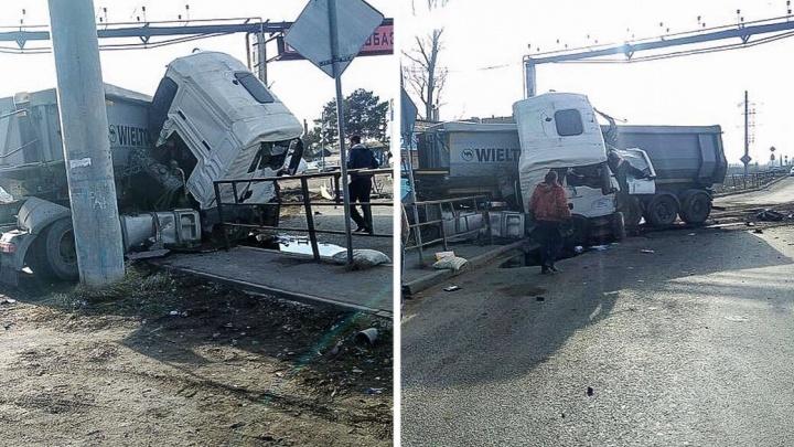 В Ростове грузовик протаранил опору электропередачи