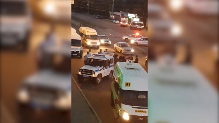 «Маршрутчика увезли на скорой»: потасовка на остановке в Ленинском районе переросла в массовую драку