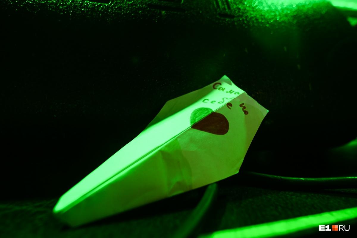 Перед началом концерта фанаты запустили вот такие самолётики