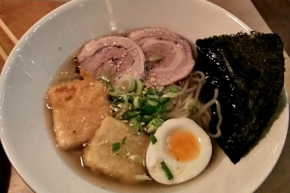 Главное блюдо заведения — японская лапша с бульоном под названием рамен. Цены начинаются со 179 рублей за порцию