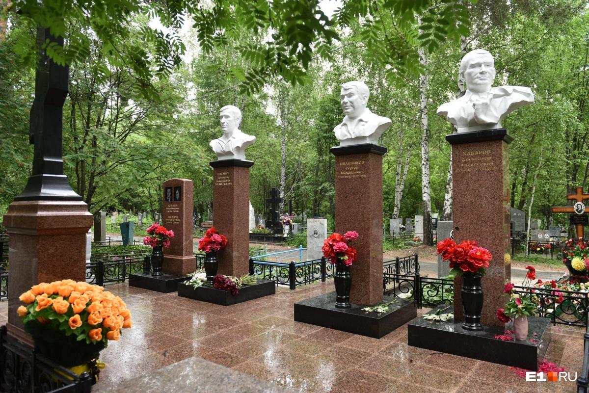 Слева похоронены родители Григория Цыганова