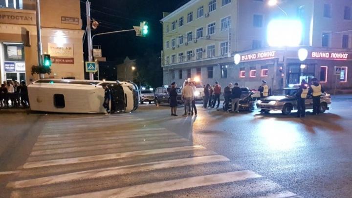 В центре Уфы в ДТП попала маршрутка: пострадавших вытаскивали через окно