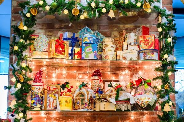 Фотографировать можно новогоднее оформление витрин, фасадов магазинов, кафе, ресторанов и других организаций
