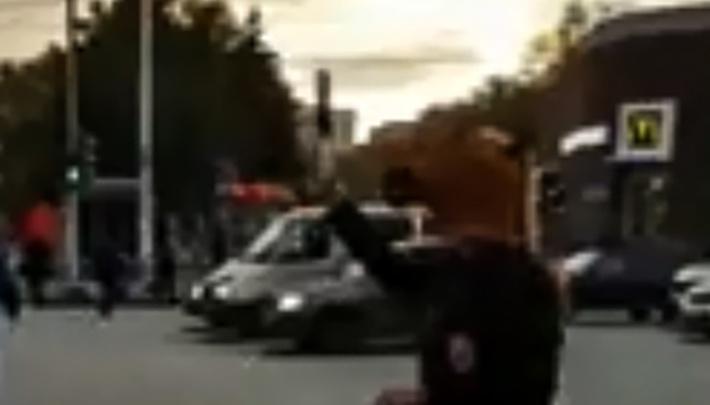 Человек-лошадь попал на видео в центре Уфы