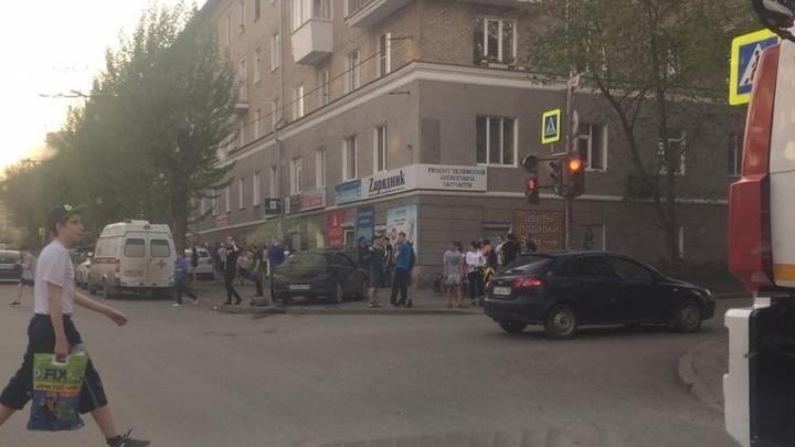 На Химмаше после столкновения иномарка вылетела на тротуар