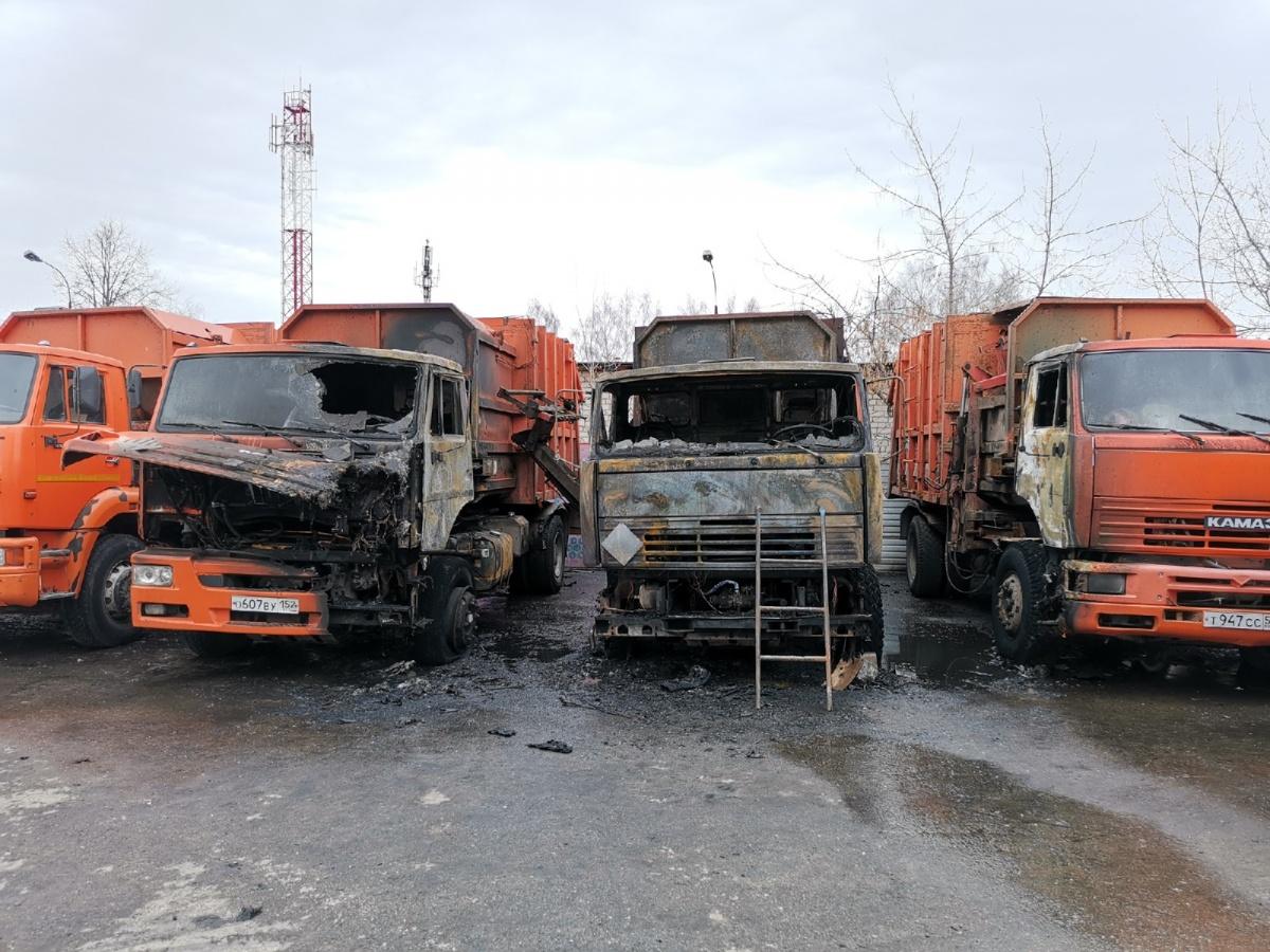 Сразу три мусороуборочных машины оказались объяты пламенем