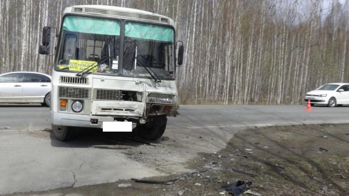 В ДТП с автобусом под Невьянском погиб водитель легковушки