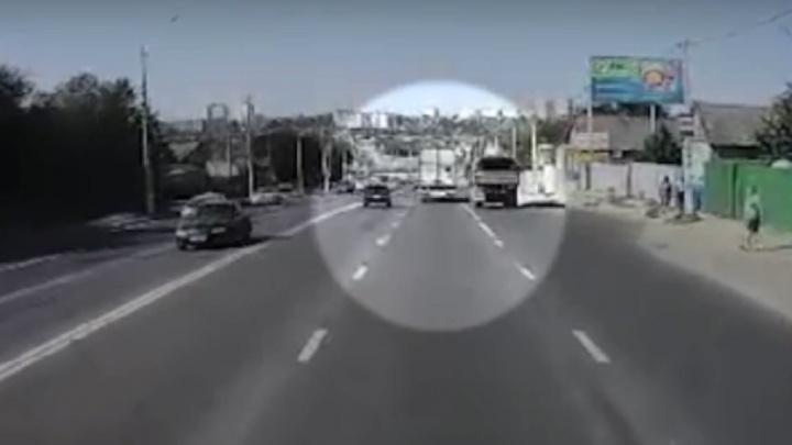 Опубликовано видео массового ДТП с пятью машинами на Второй Продольной в Волгограде