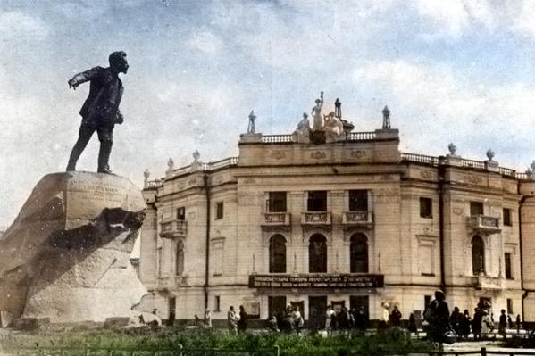 Памятник Якову Свердлову сразу после установки на площади Парижской Коммуны