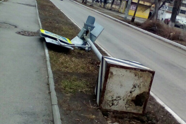 Около лицея № 77 ветер повалил знак