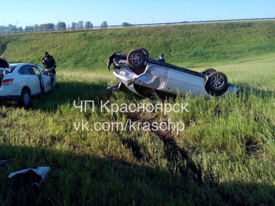 Хёндай вылетел с влажной дороги под Красноярском