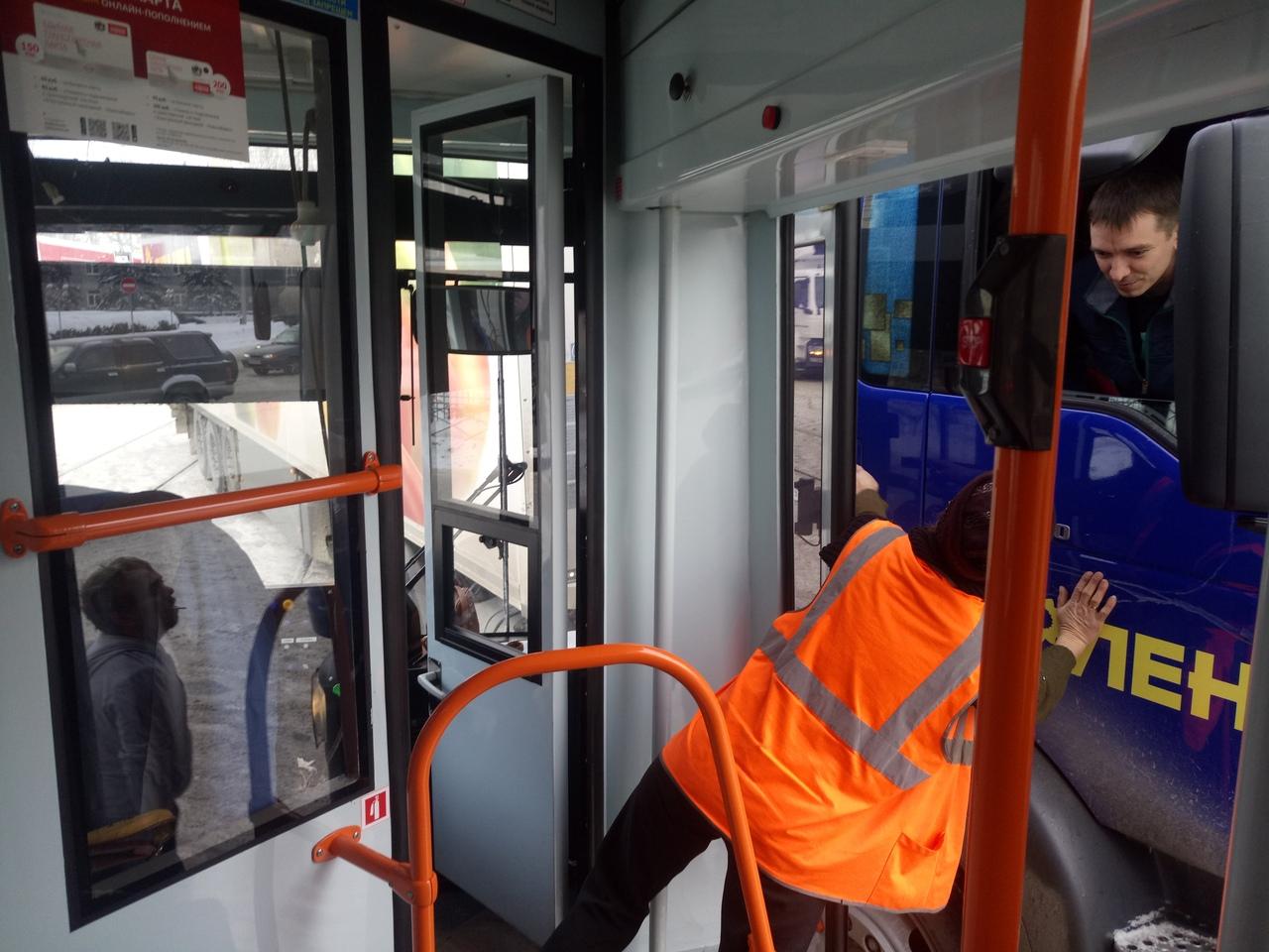 В итоге во время буксировки трамвай въехал в грузовик «Ленты»