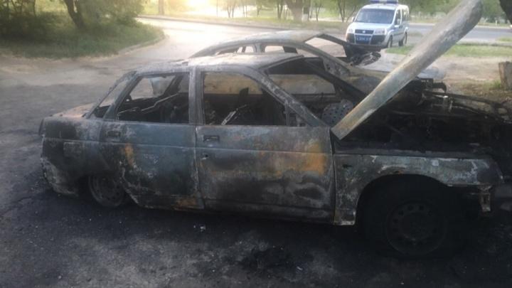 «Бежать было уже поздно»: под утро во дворе Волгограда огонь уничтожил две машины