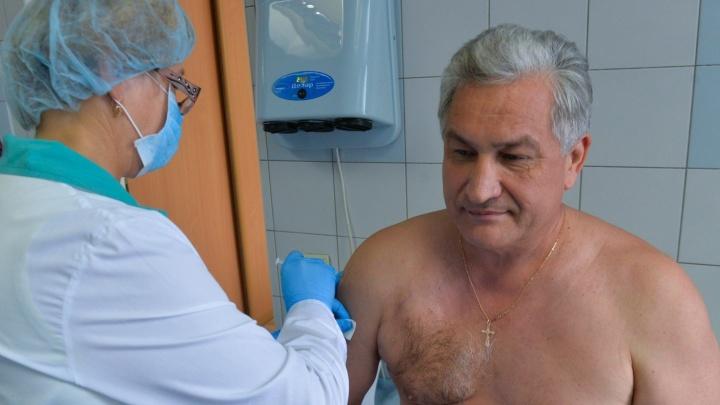 Министры Свердловской области подставили плечи под уколы