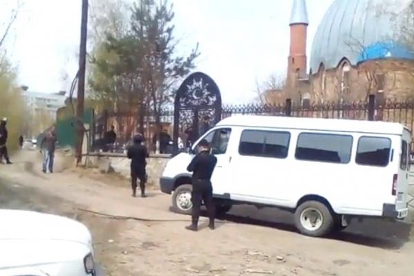 Полицейские и наряды ОМОН более 4 часов проверяют прихожан мечети на ул. Красина