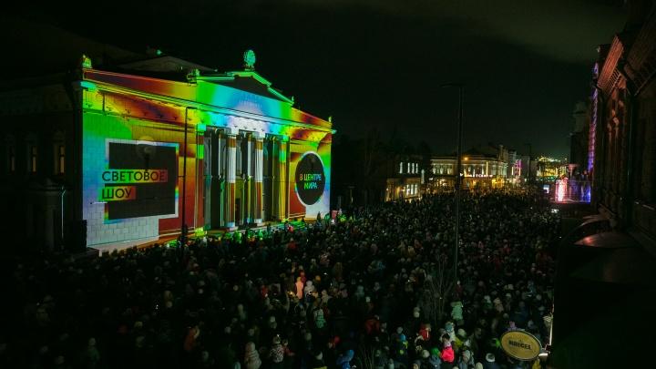 На фасаде театра Пушкина показали световое шоу о рождении дня и ночи
