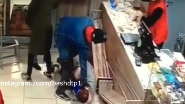 В Уфе мужчина напал на женщину в продуктовом магазине