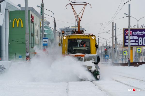 Технике придется вновь сразиться со снежными завалами на дорогах и рельсах